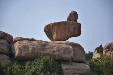 Natural balancing of rock boulders
