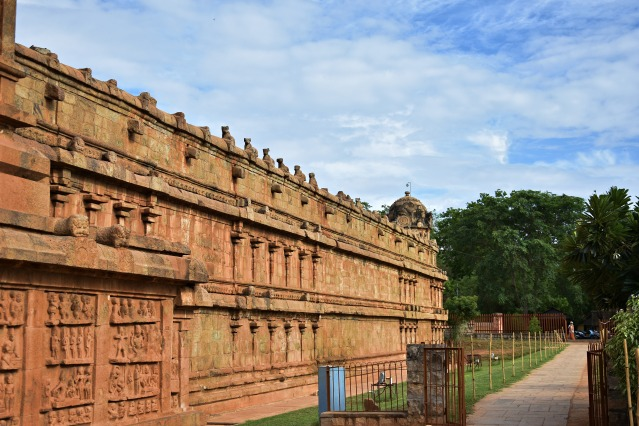 DSC_0182 - Right side of the temple walls connected with Rajarajan Tiruvayil.