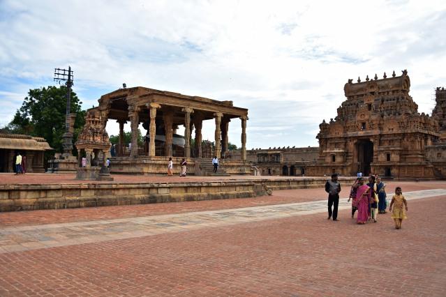 DSC_0256 - Nandi mandapa and Rajarajan Tiruvayil.
