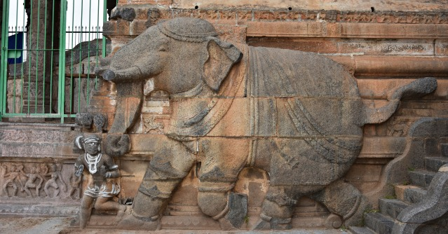 DSC_9824 - Image of running elephant with a man displayed at the entrance of 1000 pillared hall.