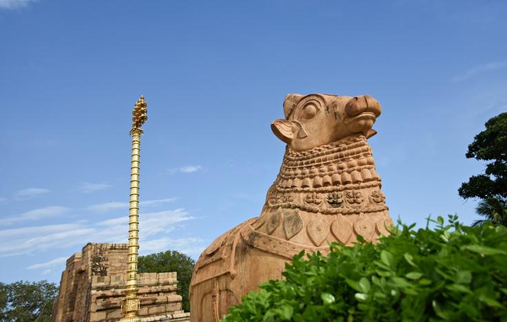 DSC_9842 - Nandi statue and flag post or Kodi maram of Brihadisvara temple, Gangaikondam. copy