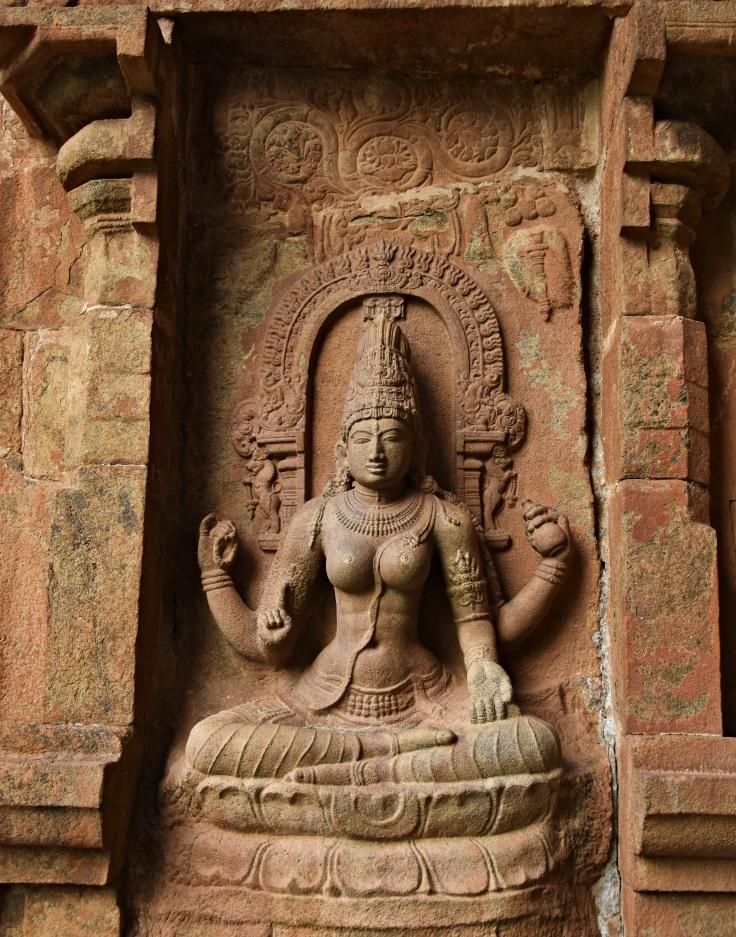 DSC_9915 - Display of Saraswati devi opposite to Shiva garlanding Rajendra I with Parvati.